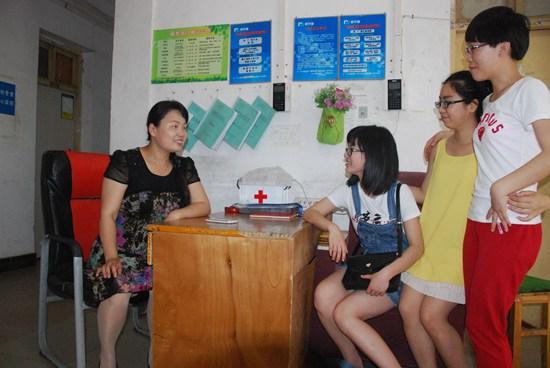 女儿随李霞来到学校的时候,只有3岁,后来上幼儿园,小学,参加各种